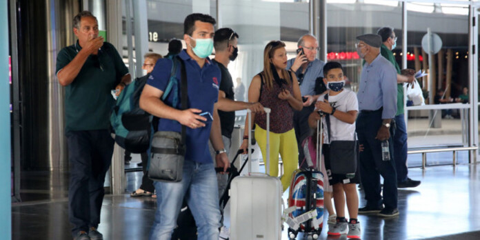 touristes-aerodromia-ellada-bretania