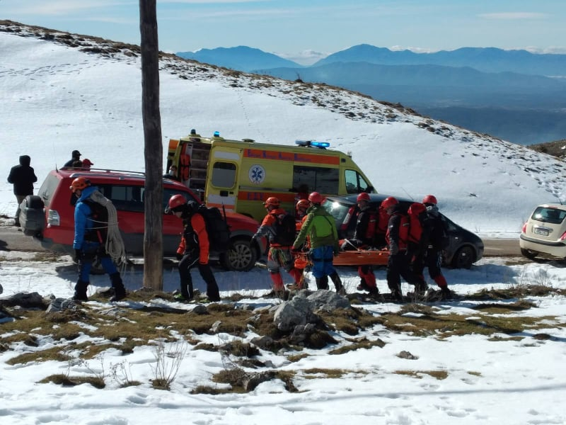 Τραγικές στιγμές: Άνδρες της ΕΜΑΚ μεταφέρουν το άψυχο σώμα του 32χρονου πιλότου